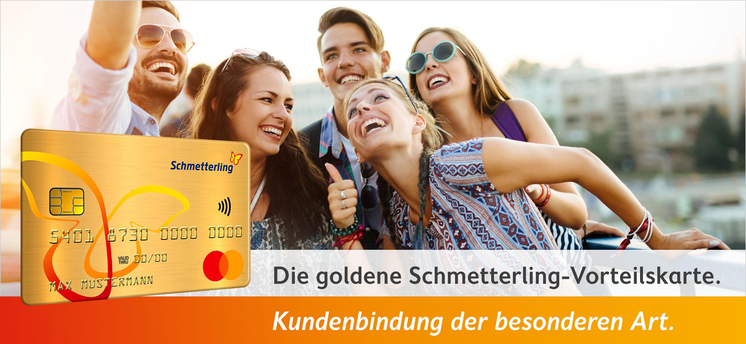Vorteilsclub - Die goldene Schmetterling-Vorteilskarte im Vordergrund - Fröhliche Menschen machen ein Selfie im Hintergrund