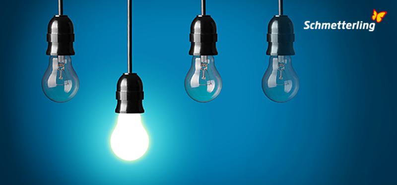 Newsletter Schmetterling Akademie Header - Bild von 4 Glühbirnen, eine leuchtet