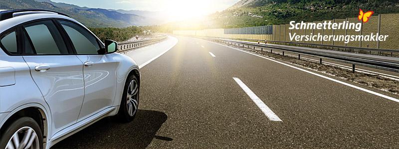 Newsletter Mailing zu Schmetterling Versicherungsmakler - Auto fährt von Bergen umgeben in die Sonne