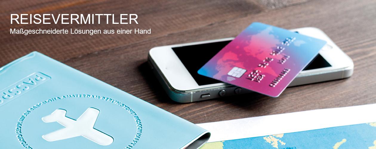 Versicherungslösungen für Reisebüros - Bild von blauer Passmappe und Kreditkarte auf Handy auf Holztisch